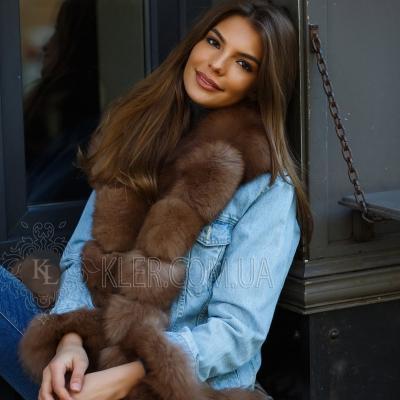 светлая джинсовая куртка с мехом песца